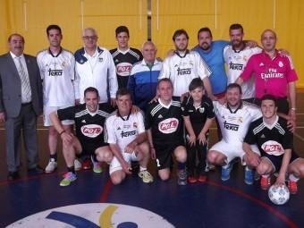 Participantes en el encuentro de fútbol-sala entre los socios de la peña