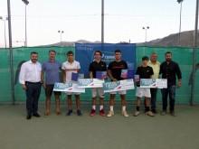 Los cuatro finalistas del torneo junto a organización y autoridades. FOTO. PACO CASTILLO.