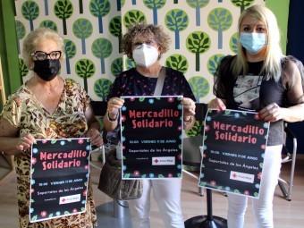 Pruden Barquero, Lola Muñoz y Laura Sánchez con el cartel del mercadillo.
