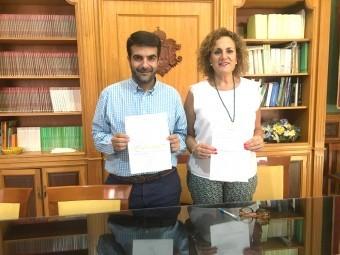 Camacho y Ruiz muestran los decretos de alcaldía para la apertura de las bolsas. A. MATAS.