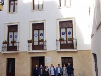 Autoridades y técnicos de Desarrollo y Catastro, en la fachada del edificio. FOTO: P.C.
