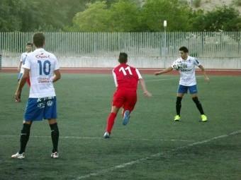Quevedo intenta controlar el balón en un anterior partido del Loja. FOTO: PACO CASTILLO.