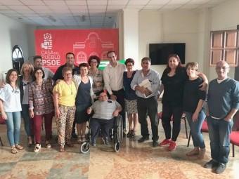 Gonzalo Vázquez, en el centro, rodeado por los miembros de su ejecutiva local.