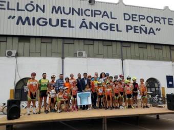 MIguel Ángel Peña, autoridades y ciclistas durante el acto en el pabellón. FOTO: P. CASTILLO