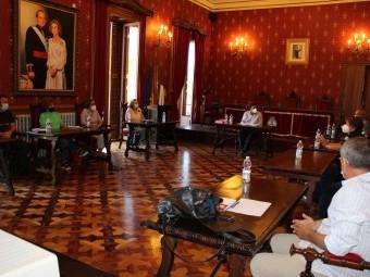 Un instante de la reunión que mantiene la comisión de COVID-19. FOTO: C. MOLINA