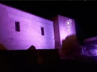 La alcazaba lojeña se tiñe de violeta para recordar a las víctimas. FOTO: EL CORTO