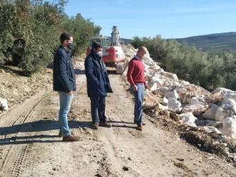 El alcalde visita los trabajos con los concejales de Urbanismo y Medio Rural. FOTO: C. M.
