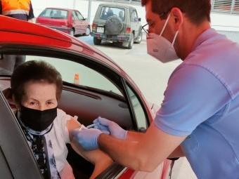 Una vecina de Loja recibe la vacuna contra la COVID-19