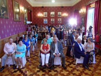 Las parejas que han participado del evento, en el salón de plenos. FOTO: CALMA