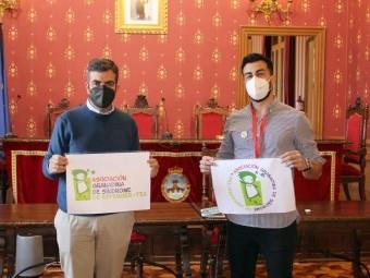 El alcalde y el técnico de Asperger Granada, en el salón de Plenos. FOTO: CALMA