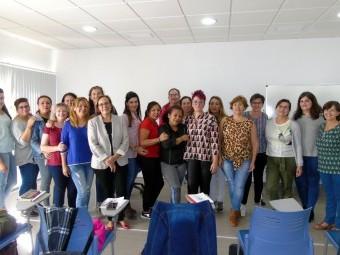 Grupo de trabajadoras que asistieron al curso, junto a la concejala. FOTO: C. MOLINA