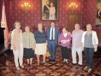 Los participantes junto a la concejal de Bienestar Social y al alcalde en el salón de plenos