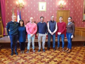 Representantes de los colectivos beneficiados junto al alcalde y el concejal. J. ÁGUILA.