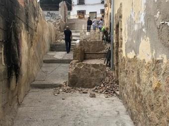 Los operarios retiran los porches construidos ilegalmente en la Cuesta El Tejar.