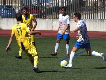 David Gámiz avanza con el balón ante dos jugadores hueteños. FOTO: MIGUEL JÁIMEZ.