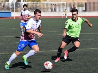 Dani López intenta jugar el balón ante un jugador del Vélez