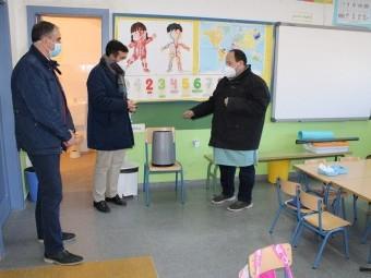 Gómez, Camacho y Valenzuela, en el aula donde se ha construido un aseo. FOTO: A. M.