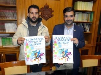 Alcalde y concejal de Deportes con el cartel de la Gala. FOTO: PACO CASTILLO.