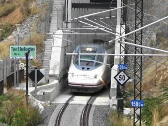 Paso de un tren AVE por el Túnel de San Francisco