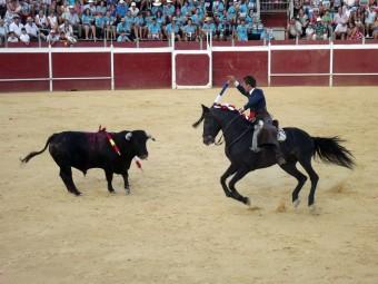 El lojeño José Velasco durante su actuación con su primer toro. FOTO: PACO CASTILLO.