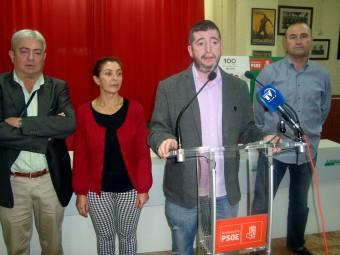 Juan Cobos, durante la rueda de prensa, acompañado por otros concejales del PSOE. F: PACO CASTILLO