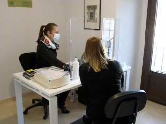 Una de las orientadoras atiende a una usuario en la búsqueda de empleo. FOTO: CALMA