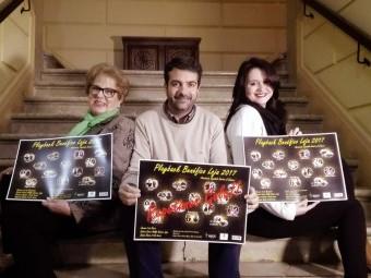 Ana Ávila, Joaquín Camacho y Ana Belén Calvo con los carteles anunciadores de la gala.