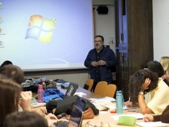 Juan María Jiménez dirigiéndose a alumnos del máster universitario en Artes Visuales