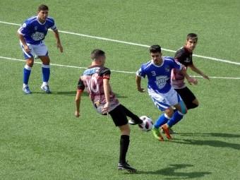 Sergio García intenta meter el balón durante el partido de esta mañana. FOTO: P. CASTILLO