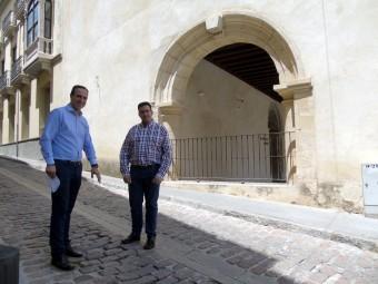 Los socialistas Gonzalo Vázquez y José Padilla, ante el CIC El Pósito. FOTO: CALMA