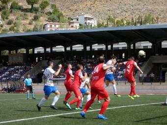 Acción en la que el capitán lojeño, Nino, marca el primer gol. FOTO: MIGUEL JÁIMEZ