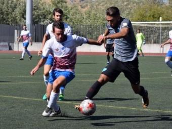 Juanfran trata de frenar a un jugador malagueño en el partido de la primera vuelta.