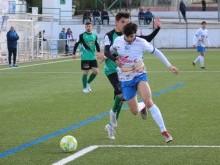 Lolo Armario pugna por el balón con un jugador del Huétor Vega. FOTO: MIGUEL JÁIMEZ.