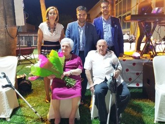 Las personas homenajeadas junto al alcalde, la concejal de Bienestar Social y el portavoz del equipo