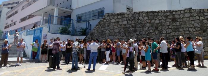 Un momento de la concentración a las puertas del colegio. FOTO: PACO CASTILLO.
