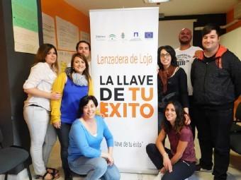 Miembros de la Lanzadera junto a su coordinadora, Esperanza Valenzuela, agachada.