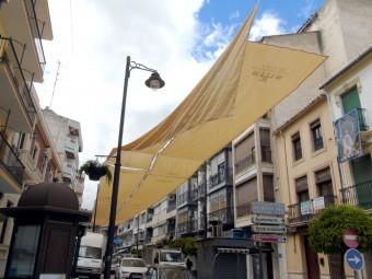 El nuevo toldo instalado en la carrera San Agustín. FOTO: CARLOS MOLINA.