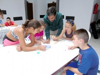 Los pequeños se divierten en los talleres del Espacio Joven. C. MOLINA.