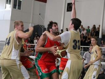 Miguel Almazán en una acción con su equipo, el Covirán Granada.