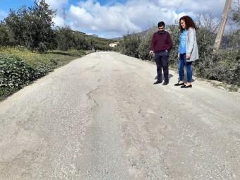 El alcalde y la concejal comprueban el estado del camino de Vélez. E. CAÑIZARES