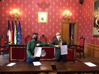 El alcalde y el delegado territorial de OHL, tras la firma del contrato. FOTO: C.M.