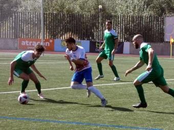 Funes conduce el balón en el partido ante el Atarfe. FOTO: MIGUEL JÁIMEZ.