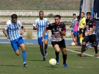 Paco Ariza avanza con el balón en el partido en campo del Malagueño. FOTO: M. JÁIMEZ