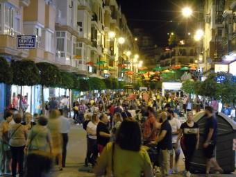 Lleno en la calles comerciales de Loja en la V Noche en Blanco