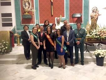 La Reina de las Fiestas -en el centro- junto a las Damas de Honor y autoridades