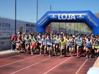 Los corredores toman la salida en el estadio Medina Lauxa. FOTO: PACO CASTILLO.