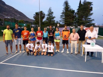 Los dos equipos finalistas junto a la organización del campeonato. FOTO: PACO CASTILLO