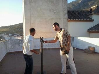 El concejal y el técnico de Fiestas disparan los cohetes desde el barrio Alto