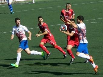 Fefo trata de controlar el balón durante el partido de la primera vuelta ante el Rincón.