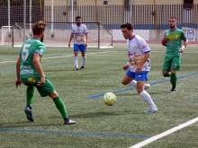 David Gámiz controla el balón ante el visitante Rafa Navarro. FOTO: MIGUEL JÁIMEZ.